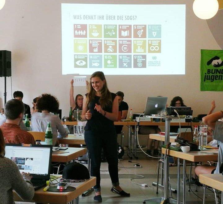 Rebecca Freitag berichtet über die UN und ihre Nachhaltigkeitsziele bei einer BUNDjugend- Versammlung.