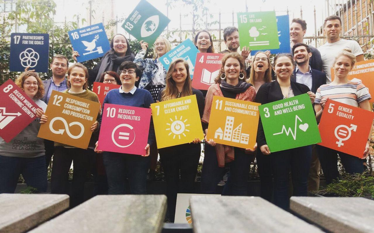 Gruppenfoto von Jugenddelegierte aus ganz Europa mit SDG Schildern.