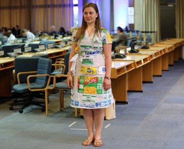 Rebecca im Plastikkleid auf der UNEA